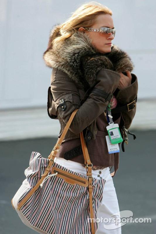 Une jeune femme dans le paddock avec une veste d'hiver alors qu'il fait 20°C