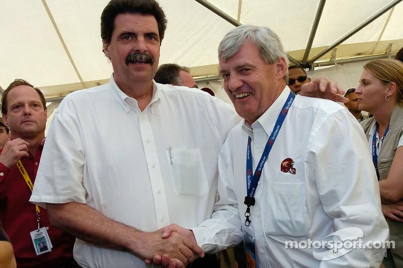Président de la NASCAR Mike Helton salue Frank Beanmer