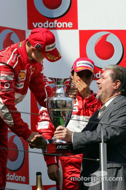 Podium: le vainqueur de la course Michael Schumacher avec Kurt Beck
