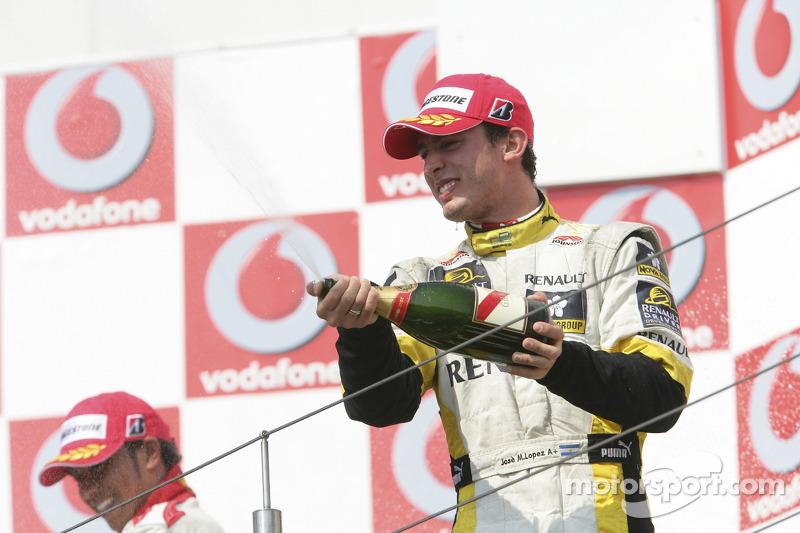Jose Maria Lopez, troisième, arrose de champagne