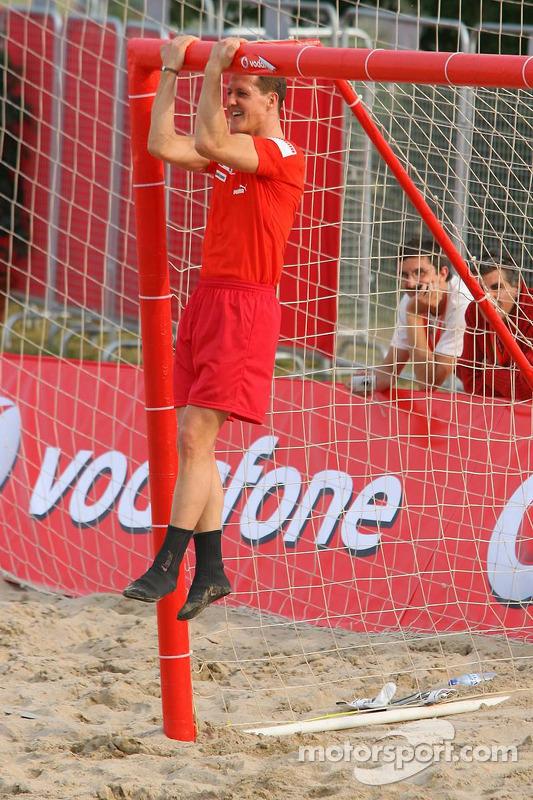 Vodafone Ferrari Beach Soccer Challenge: Michael Schumacher s'accroche à la bar