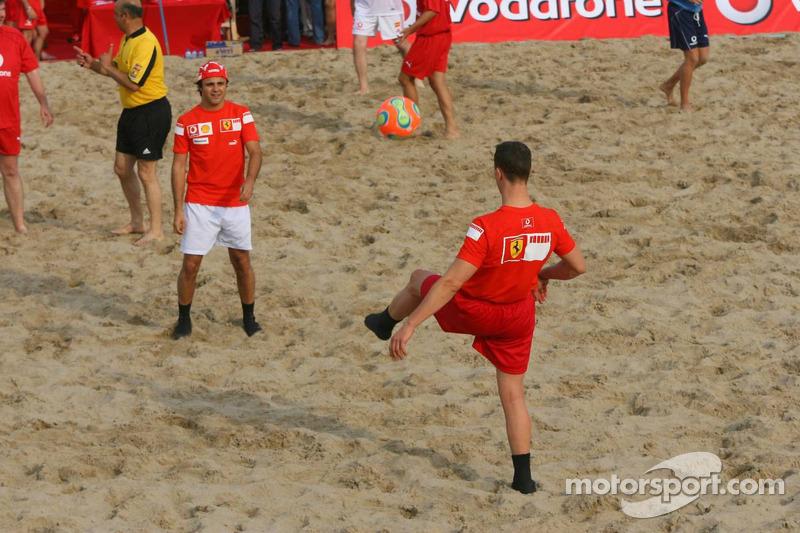 Vodafone Ferrari Beach Soccer Challenge: Michael Schumacher passe la balle à Felipe Massa