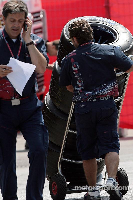 Massimo Rivola et un membre d'équipe avec des pneus Michelin