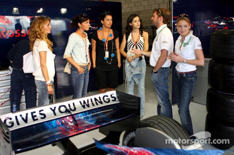 Des jeunes femmes de la Formule 1 de la Scuderia Toro Rosso