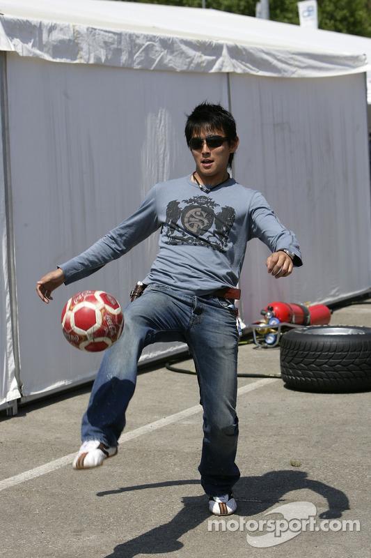 Hiroki Yoshimoto joue au football
