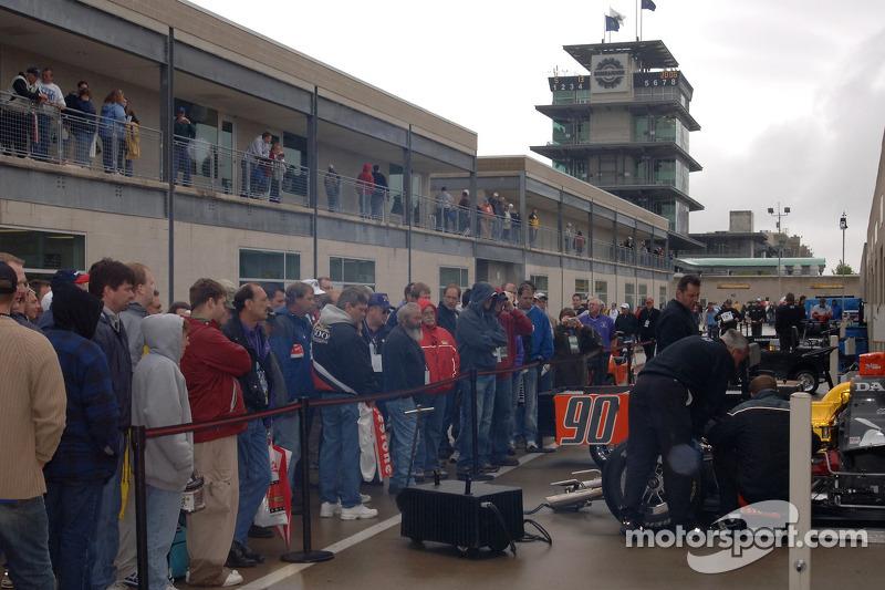 Des fans regardent l'action à Gasoline Alley