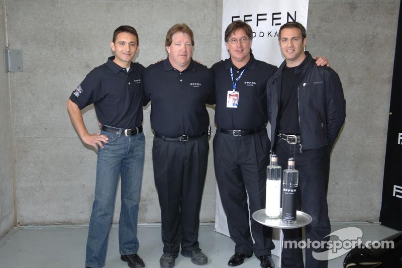 Stephan Gregoire pose avec les membres de l'équipe Leader Special
