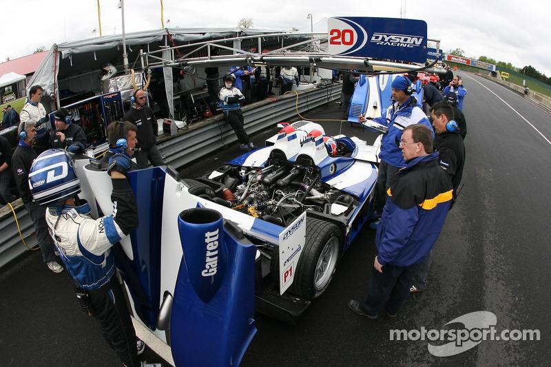 Equipe Dyson Racing au travail