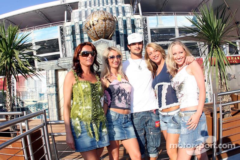 Vitantonio Liuzzi avec des jeunes femmes devant le Superman de la Energy Station