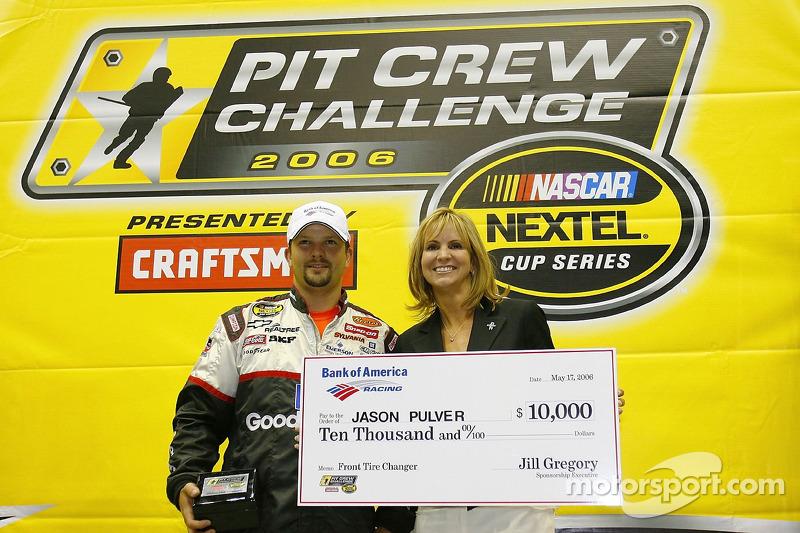 Jason Pulver rreçoit un chèque de 10,000 dollars dans la NASCAR Nextel Pit Crew Challenge