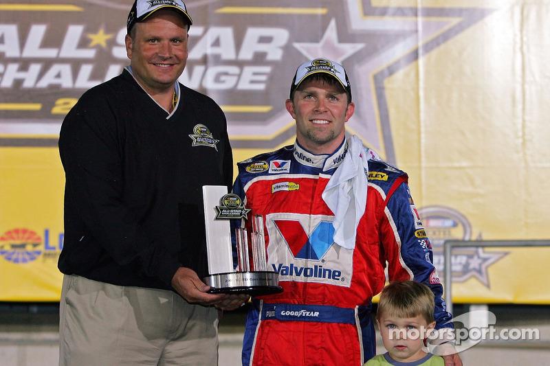 Scott Riggs pose avec le trophée avec la NASCAR Nextel Open