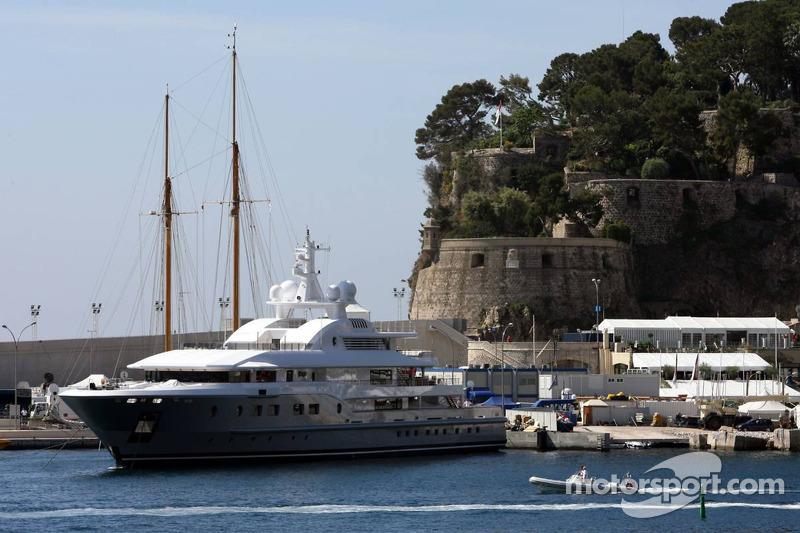 Un yacht sur le port