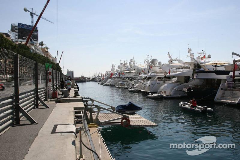 Les bateaux s'éloignent de la piste pendant les séances