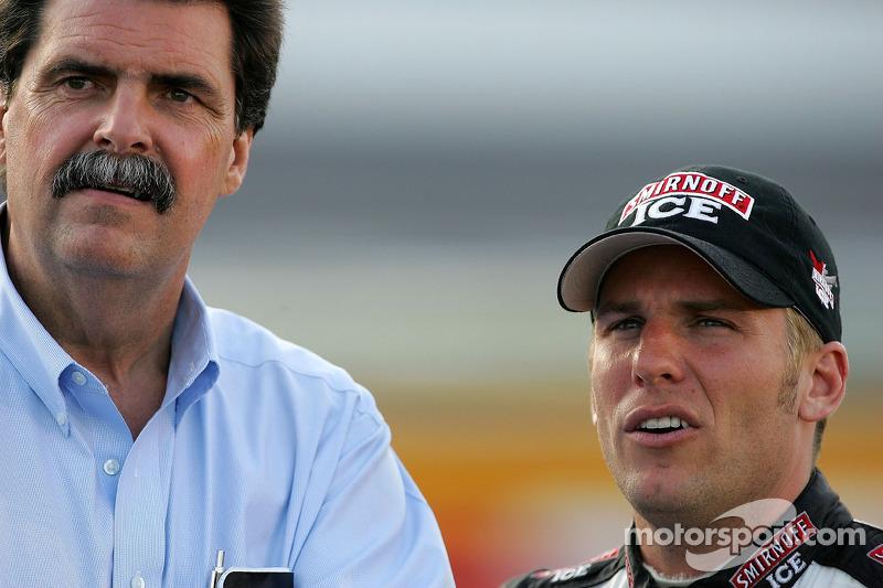 Le président de la NASCAR Mike Helton et Jamie McMurray