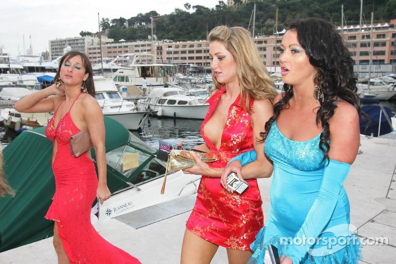 Une jeune femme dans le port de Monaco