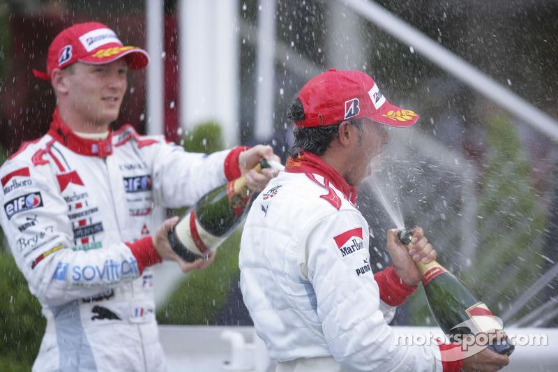 Lewis Hamilton premier, verse du champagne avec Alexandre Premat troisième