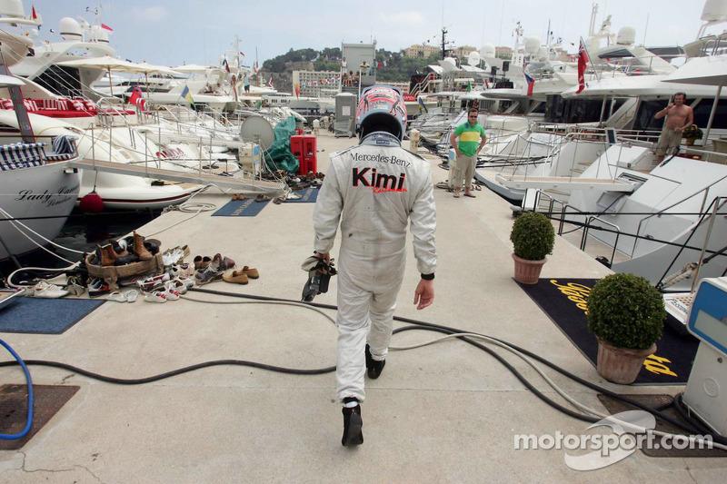 Kimi Räikkönen marche la tête baissée après on retrait