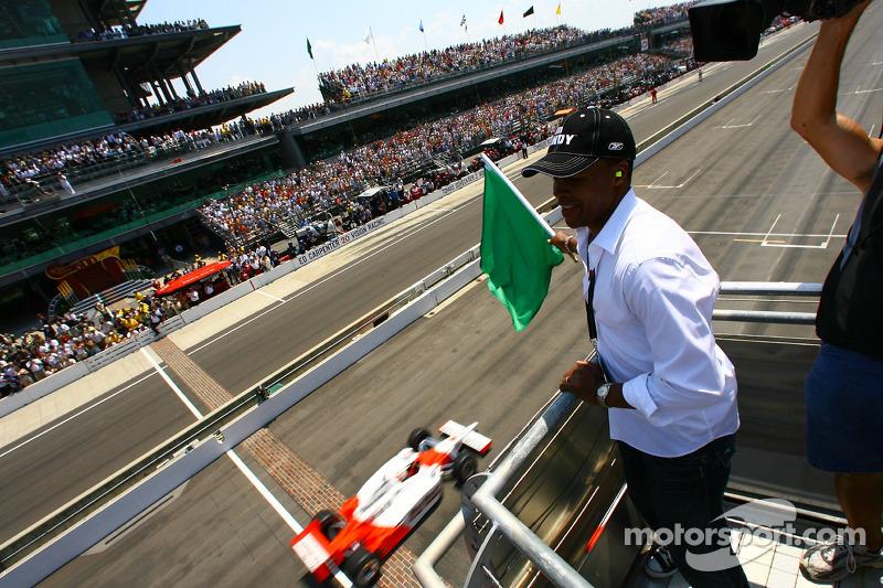 Sugar Ray Leonard agite le drapeau vert des Indianapolis 500