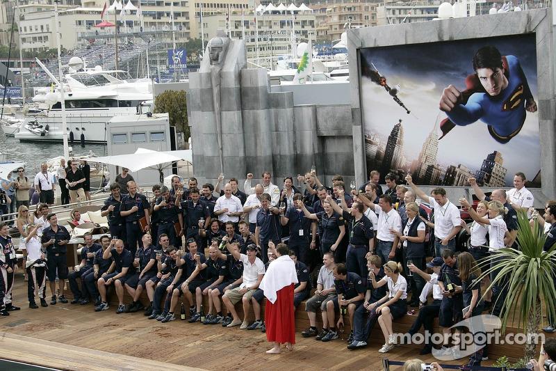 Le directeur sportif de Red Bull Christian Horner et l'équipe fête le premier podium