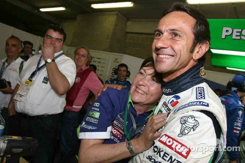Erik Comas avec les membres de l'équipe Pescarolo Sport