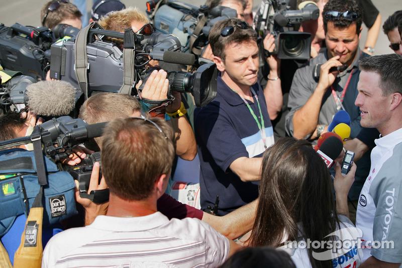 Ralf Schumacher parle avec des reporters