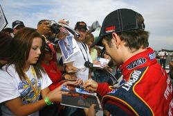 Jeff Gordon signe des autographes pour ses fans