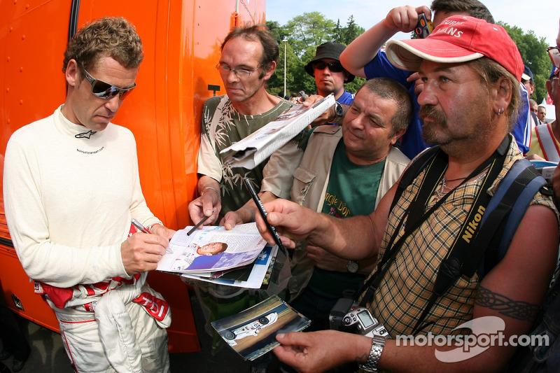 Tom Kristensen signe plus d'autographes