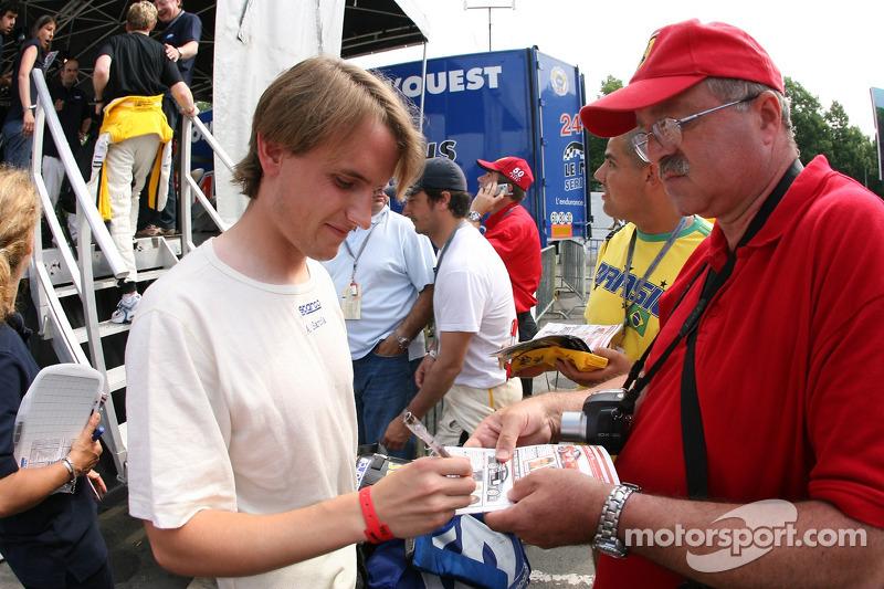 Antonio Garcia signe des autographes