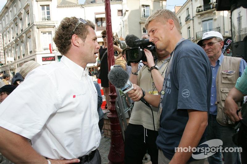 Découverte de la plaque des vainqueurs des 24 Heures du Mans 2005: interviews de Tom Kristensen