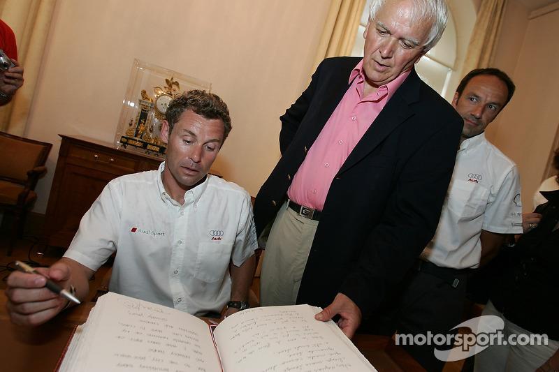 Découverte de la plaque des vainqueurs des 24 Heures du Mans 2005: Tom Kristensen signe le livre du Mans