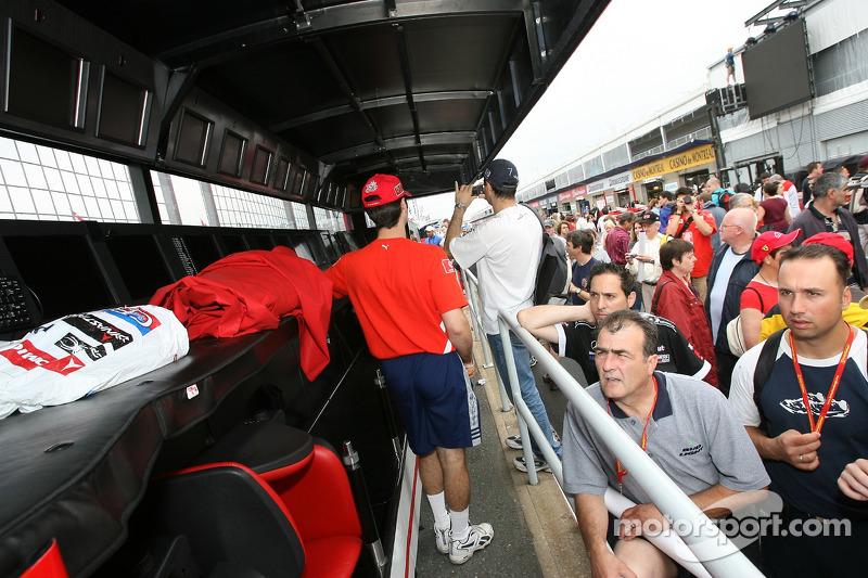 Des fans règle le mur des stands Ferrari