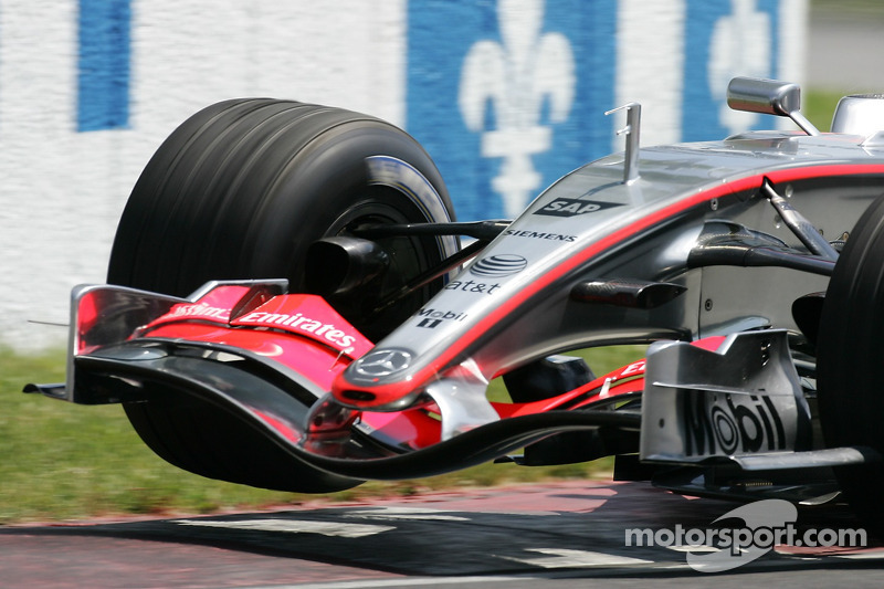 Kimi Räikkönen soulève une roue