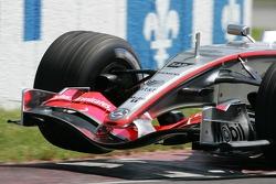Kimi Raikkonen lifts a wheel