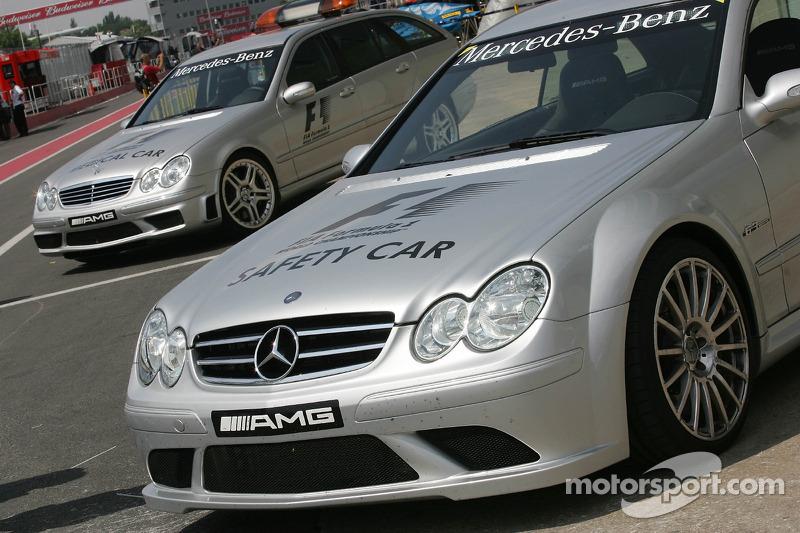 La voiture de sécurité de la F1 dans la ligne des stands