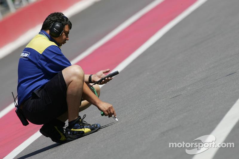 Un ingénieur Michelin vérifie la température de la piste