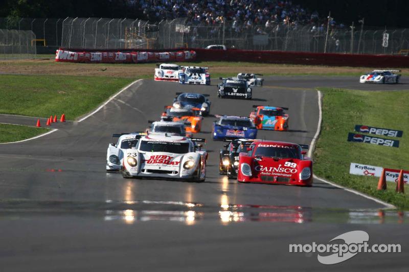 #23 Alex Job Racing/ Emory Motorsports Porsche Crawford: Mike Rockenfeller, Patrick Long et #99 Gainsco/ Blackhawk Racing Pontiac Riley: Jon Fogarty, Alex Gurney mènent la zone au drapeau vert