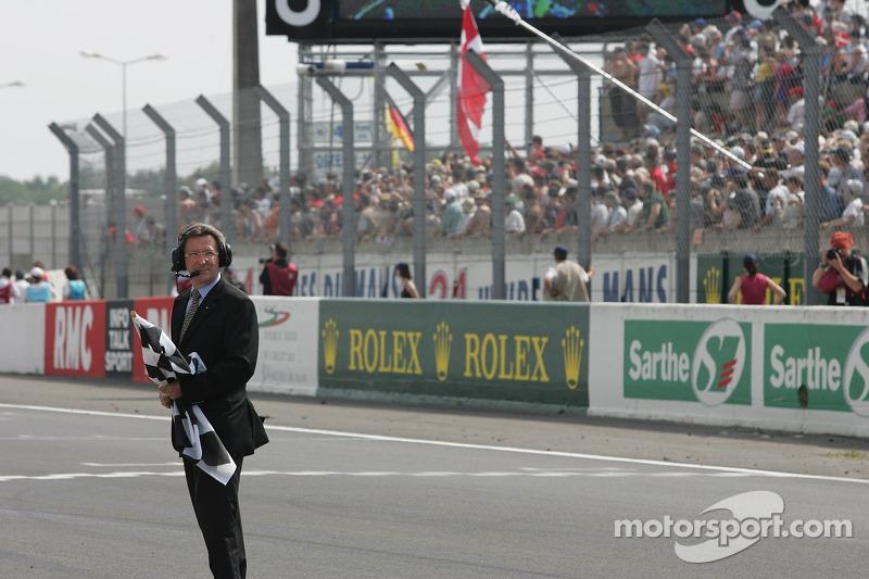 Le drapeau à damier attend la #8 Audi Sport Team Joest Audi R10