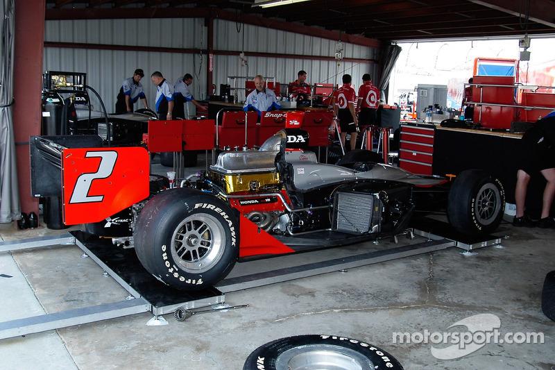 La voiture de Tomas Scheckter attend les panneaux latéraux et le capot moteur