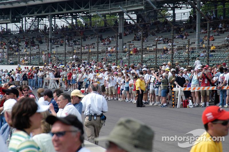 Des fans se pressent vers la piste