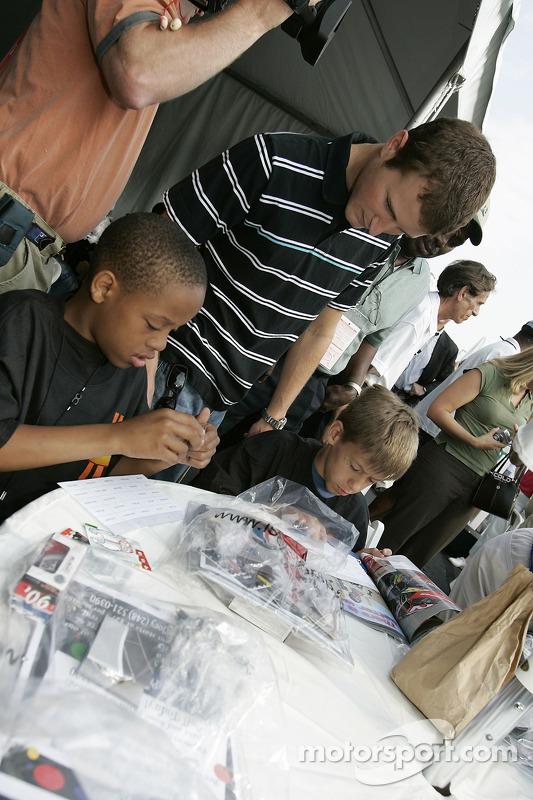 Kasey Kahne tient une presse de conférence pour la fondation Kasey Kahne avec des enfants de quartiers défavorisés de Denver