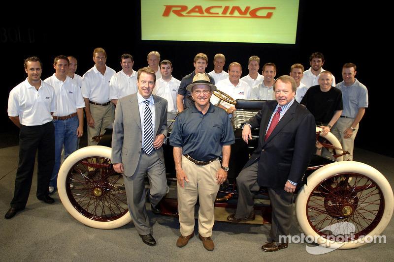 Bill Ford et Edsel Ford avec la NASCAR NEXTEL Cup de Ford et les pilotes et propriétaires de Craftsman Truck se rassemblent autour de la Sweepstakes, la première voiture de course de Ford