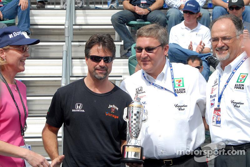 Michael Andretti, Kevin Savoree et Kim Green reçoivent le trophée Baby Borg des propriétaires gagnan