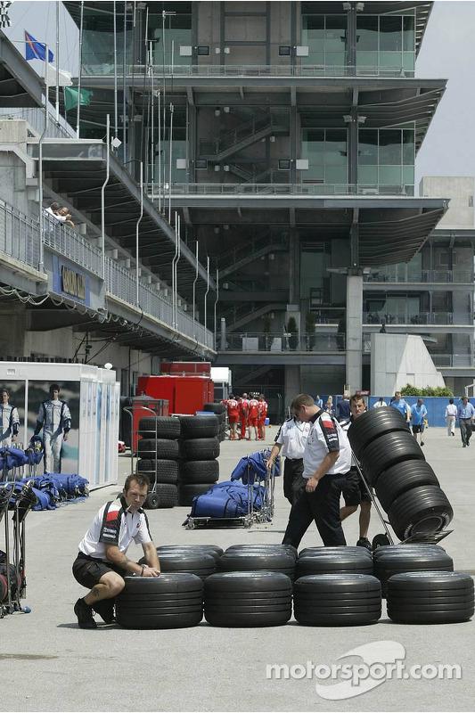 Honda Racing prépare leurs pneus pour la séance du matin