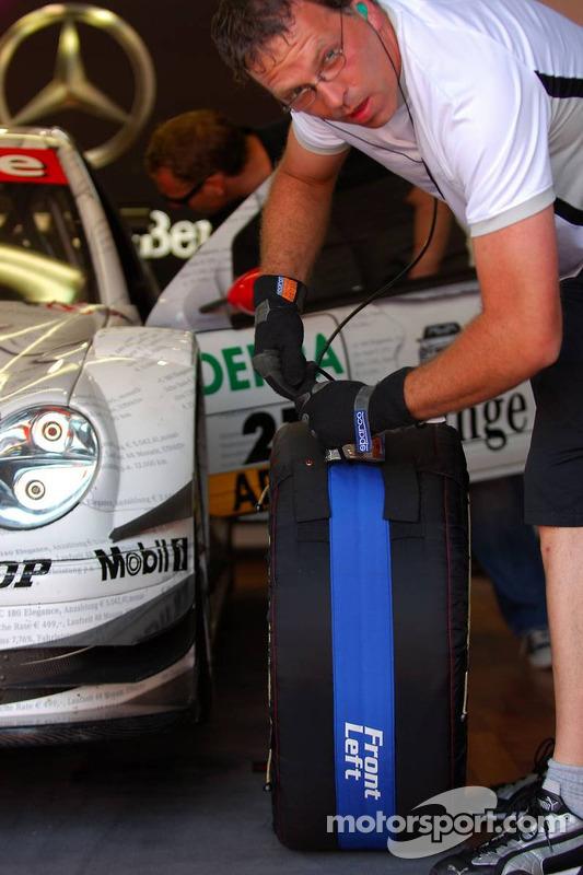 Un mécanicien branche un appareil de chauffage des pneus