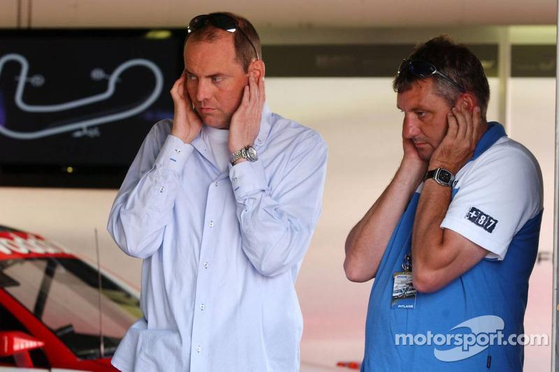 Roger Peters et Allard Kalff protégent leurs oreilles du bruit du moteur