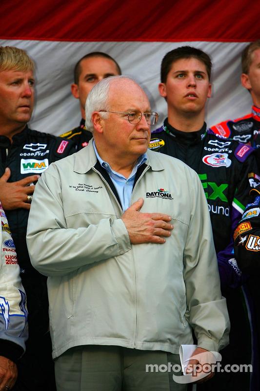 Le vice président américain Dick Cheney sur scène pour chanter l'hymne national avec les pilotes