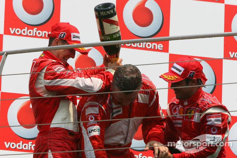 Podium: champagne pour Michael Schumacher, Felipe Massa et Ross Brawn