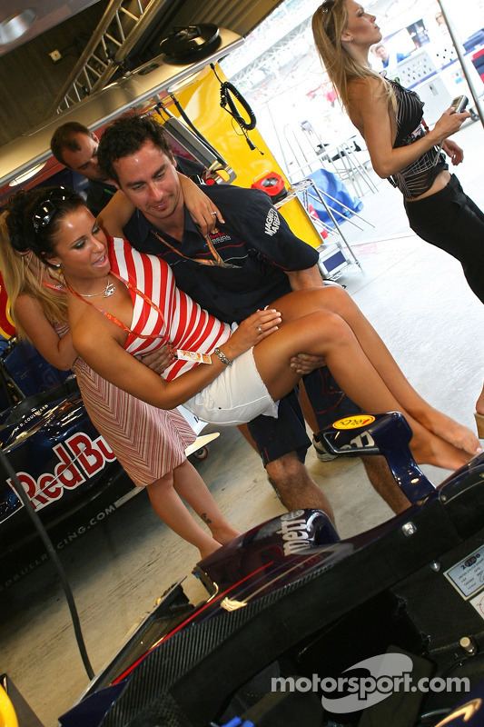 Des jeunes filles de la Formule 1 visitent le garage de Red Bull Racing
