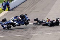 Crash at first corner: Mark Webber and Christian Klien