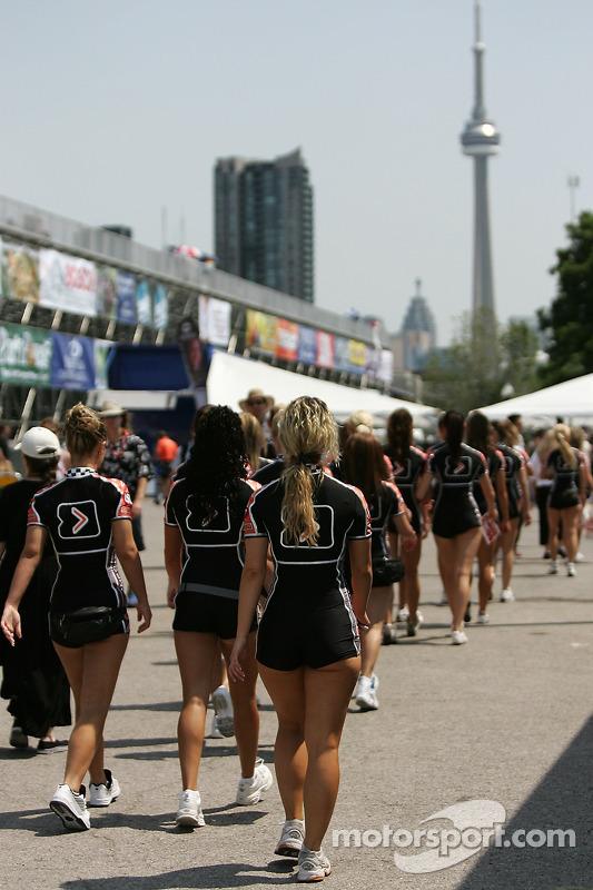 Des jeunes filles de Champ Car marchent vers le paddock